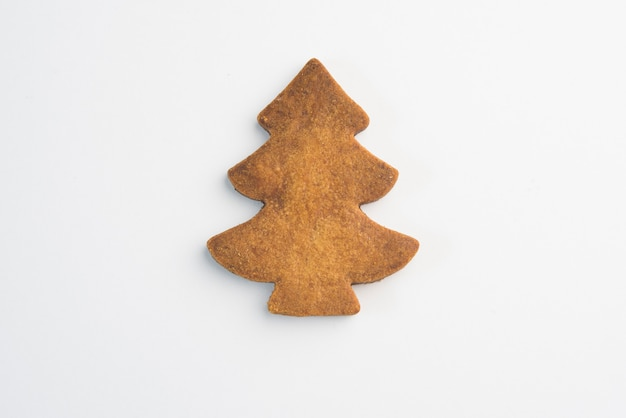Decorando biscoitos de natal com glacê isolado