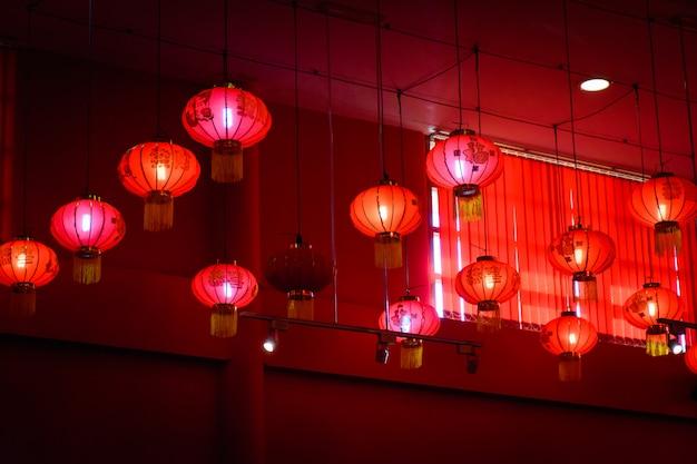 Decorando lâmpadas de lanterna chinesa de suspensão no teto.