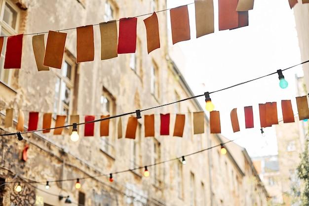Decorar a rua com bandeiras em uma corda.