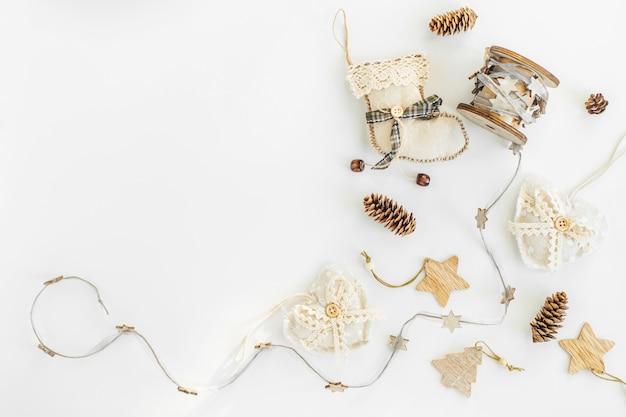 Decorationson artesanal rústico de natal de materiais naturais e festão em um branco com copyspace.