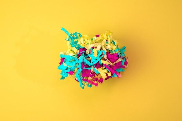 Decorativo abstrato de papel colorido sobre um fundo amarelo