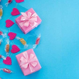 Decorativo fundo festivo com caixas de presente.