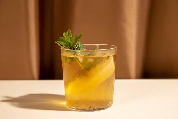 Decore a bebida deliciosa com folha de hortelã