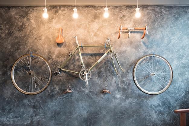 Decore com bicicleta na parede.