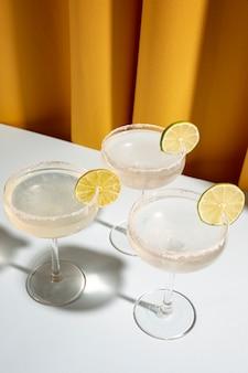 Decore coquetel margarita com limão na mesa branca