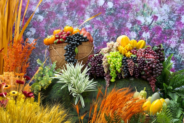 Decore plantas e frutas artificiais.