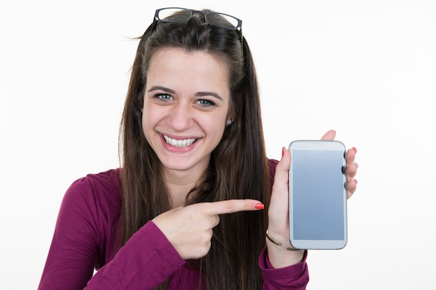 Dedo apontando alegre mulher bonita na tela do smartphone isolada