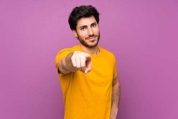 Dedo bonito aponta para você com uma expressão confiante