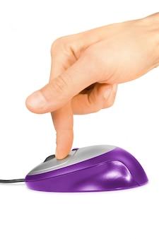 Dedo clicando em um mouse de computador