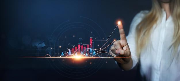 Dedo de empresária desenha o gráfico de setadesenvolvimento de negócios para o sucesso, lucro e crescimento crescente