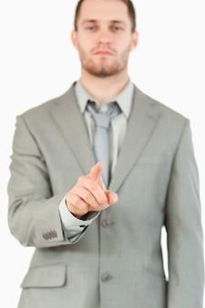 Dedo de empresário apontando
