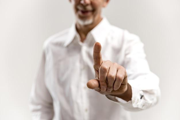 Dedo de empresário tocando a barra de pesquisa vazia, conceito de plano de negócios moderno - pode ser usado para inserir texto ou imagens.