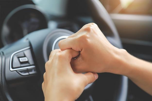 Dedo de limpeza de mão para destruir bactérias e vírus no carro do volante. pessoas vivendo a vida com do conceito de vírus secona corona