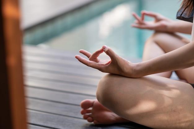 Dedo do close up da prática de ioga, conceito de equilíbrio