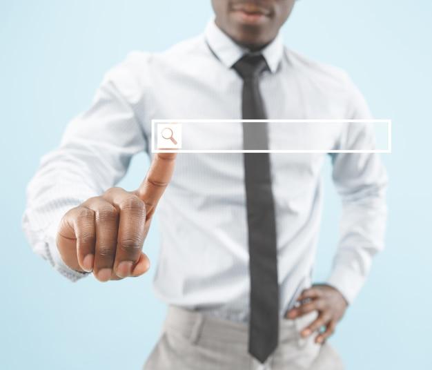 Dedo do empresário tocando a barra de pesquisa vazia