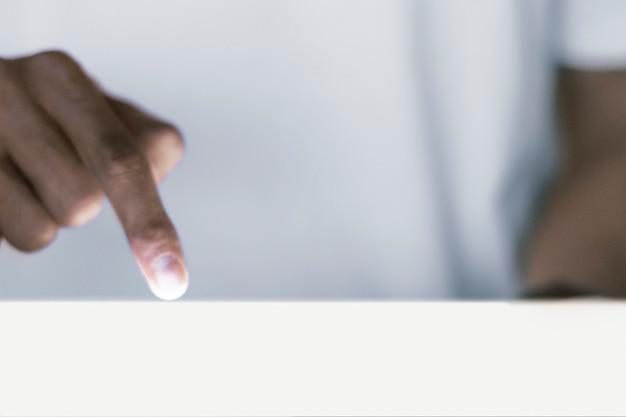 Dedo do plano de negócios apontando para baixo em um gesto com a mão na tela branca