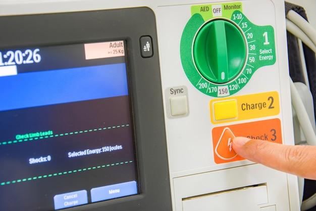Dedo empurrar botão de choque ekg ou máquina de ecg