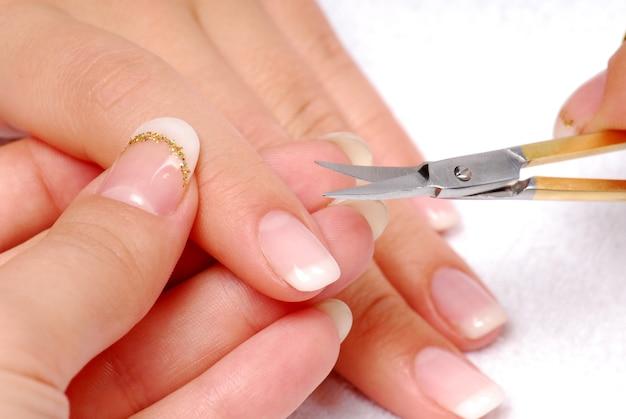 Dedo indicador - cutícula cortada