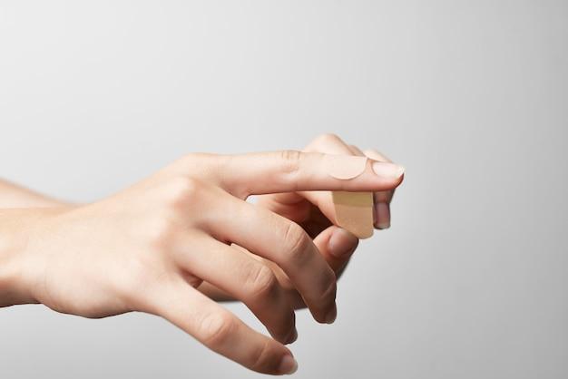 Dedo machucado comprar bandagem de gesso closeup