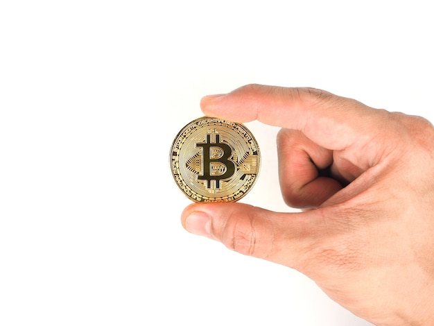 Dedo segura bitcoin dourado em branco isolado mão segura bitcoin ouro conceito de dinheiro digital criptográfico
