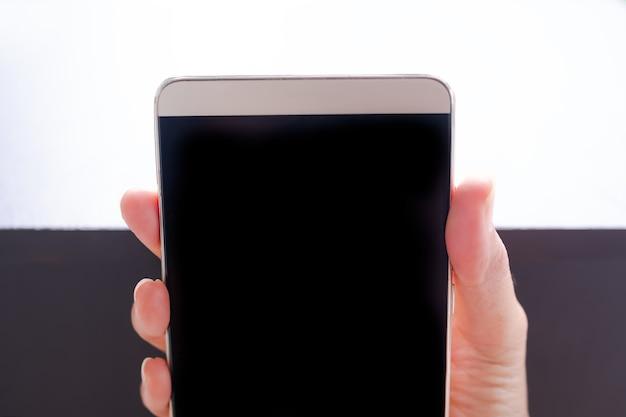 Dedo segurando a simulação do celular