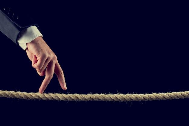 Dedos andando sobre corda desgastada