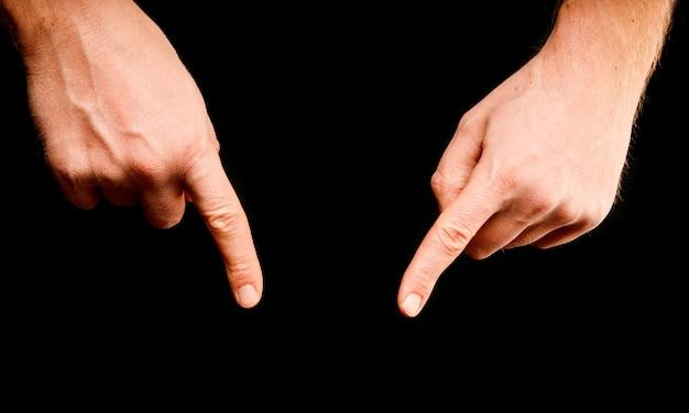 Dedos apontam para algo