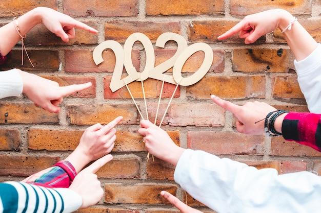 Dedos apontando para sinal de ano novo 2020