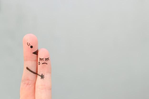 Dedos arte de pessoas. criança chora, mãe acalma a sua.
