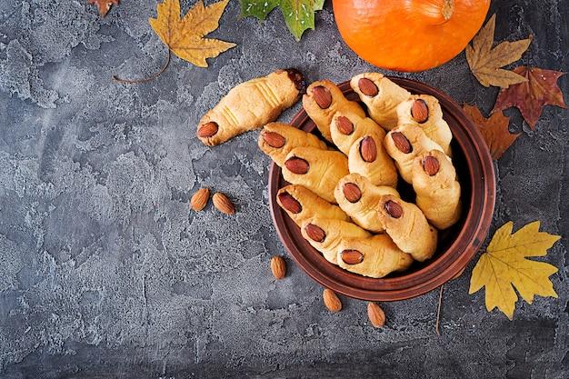 Dedos da bruxa dos biscoitos, receita engraçada para a festa de halloween. vista do topo. lay plana