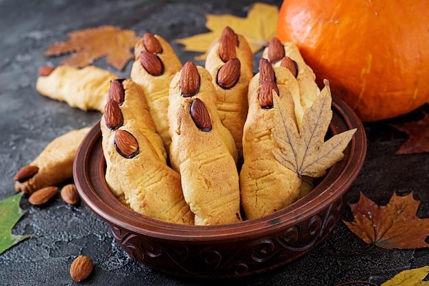 Dedos da bruxa dos biscoitos, receita engraçada para a festa de halloween.