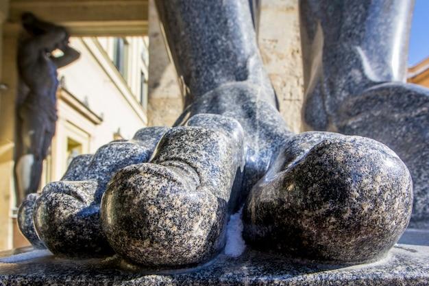 Dedos de mármore nos pés das estátuas de atlant que seguram o teto de new hermitage, são petersburgo, rússia