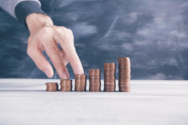 Dedos em pilhas de moedas