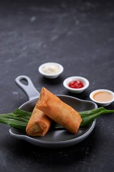 Deep fried spring rolls, popularr como lumpia ou popia. um prato servido no jantar em família no ano novo chinês (imlek)