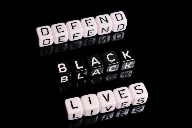 Defenda o texto de vidas negras em uma tabela preta. blm em apoio ao povo afro-americano