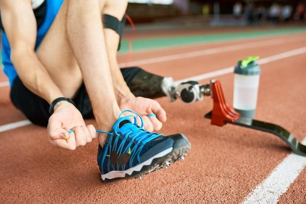 Deficiente desportista amarrar sapatos