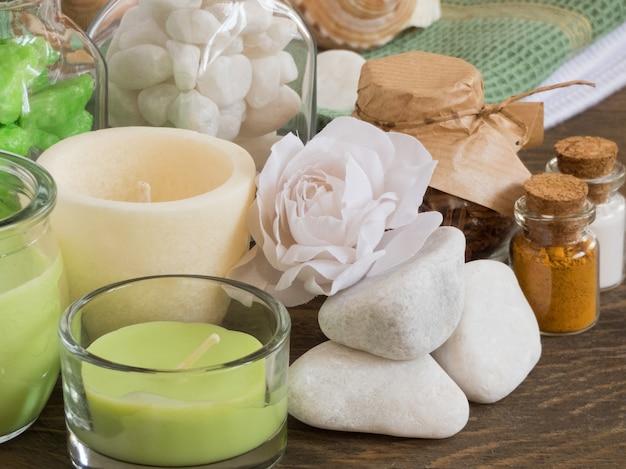 Defina ingredientes e especiarias para aromaterapia e cuidados com o corpo em uma superfície de madeira. spa ainda vida