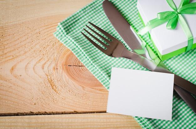 Definição de mesa de jantar. tag vazio e presente.