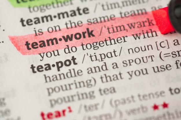 Definição de trabalho em equipe destacada em vermelho