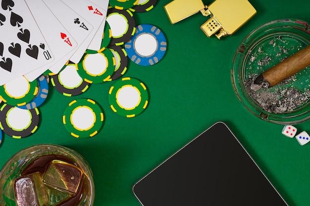Definido para jogar pôquer com cartas e fichas na mesa verde. vista de cima com espaço de cópia. maquete de layout de modelo de banner para cassino online. mesa verde, vista superior no local de trabalho.