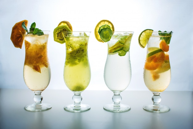 Definir limonada com gelo no furacão de vidro com frutas tropicais