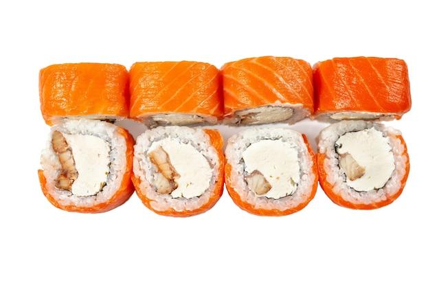 Definir rolos de sushi de peixe japonês. rolos de sushi com salmão, enguia smocked e cream cheese isolado no fundo branco. saborosos e frescos rolos de sushi da filadélfia.