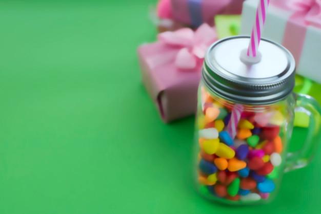 Defocus conjunto de composição festiva de caixas de presente com materiais de coquetel de doces de bolas.