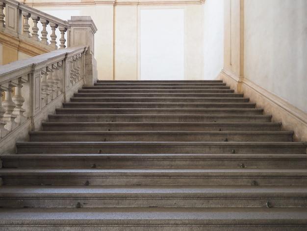 Degraus da escada de pedra antiga