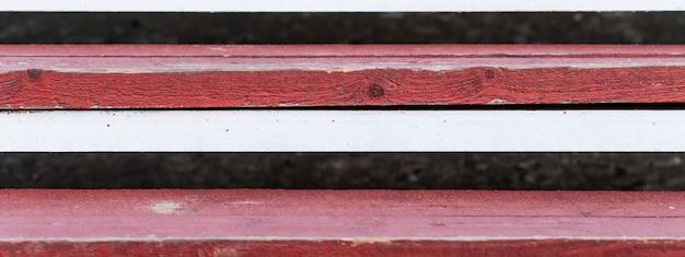 Degraus de madeira, cor vermelha e branca.