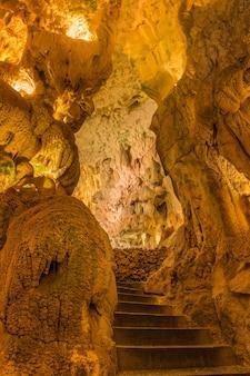 Degraus de pedra em cavernas e grutas moeda. portugal.