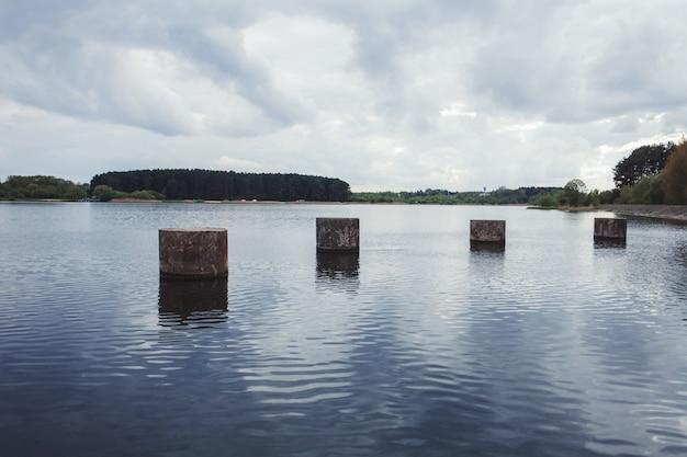 Degraus de pedra no lago