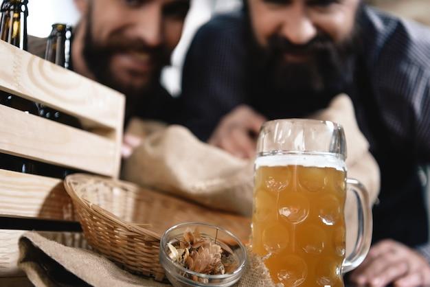 Degustação de cerveja na cervejaria feliz da microbrewery.