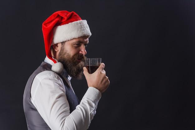 Degustação de uísque. sommelier. papai noel bebe uísque. degustação de whisky. celebração de ano novo. homem barbudo com copo de uísque. papai noel com uísque. eau-de-vie. uísque.