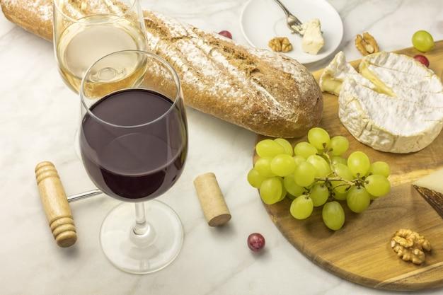 Degustação de vinho e queijo, com pão